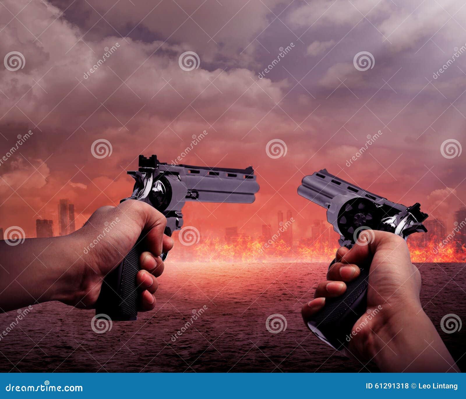 Homem que aponta a arma dois queimar a cidade