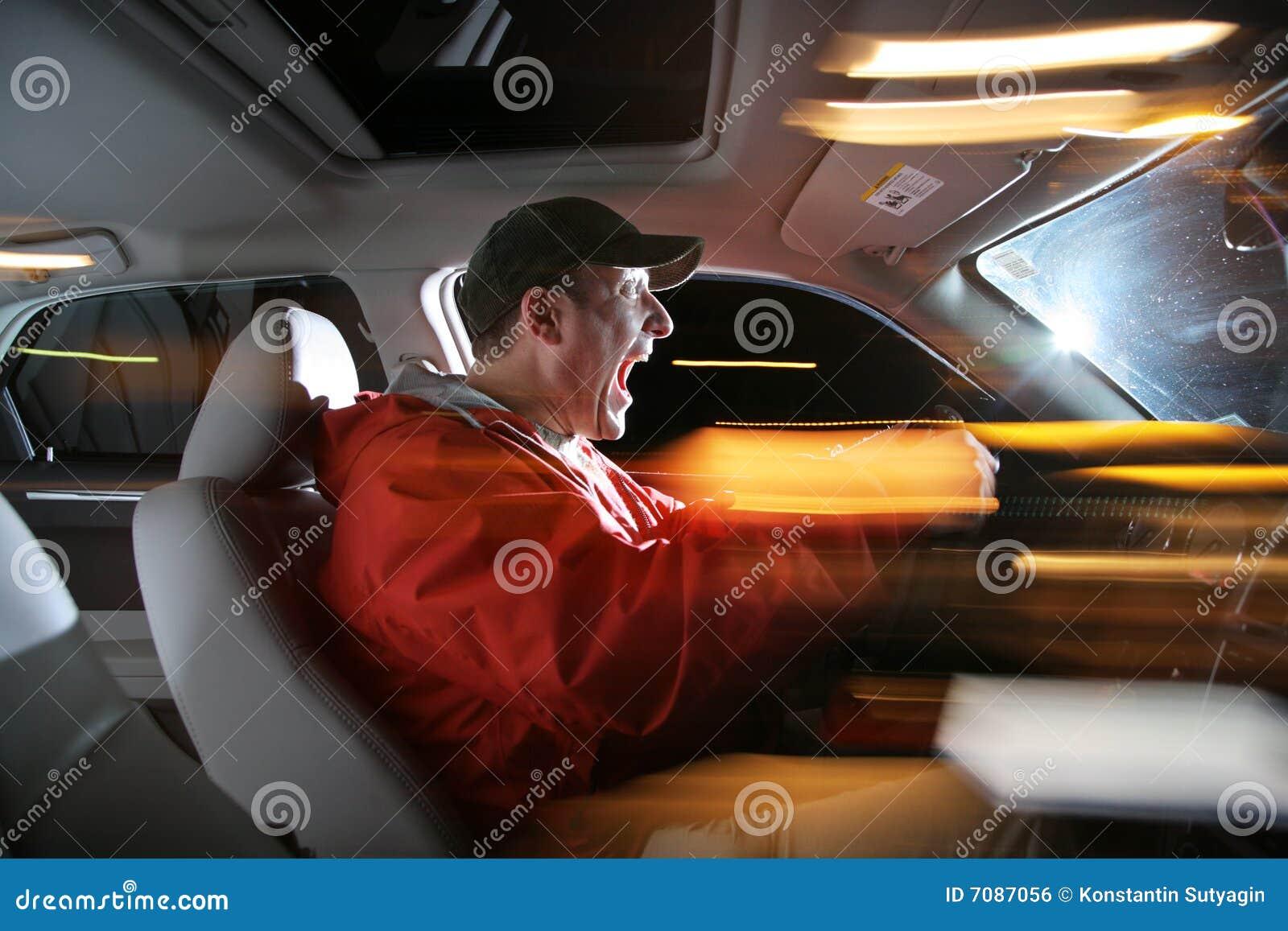 Homem que conduz o carro