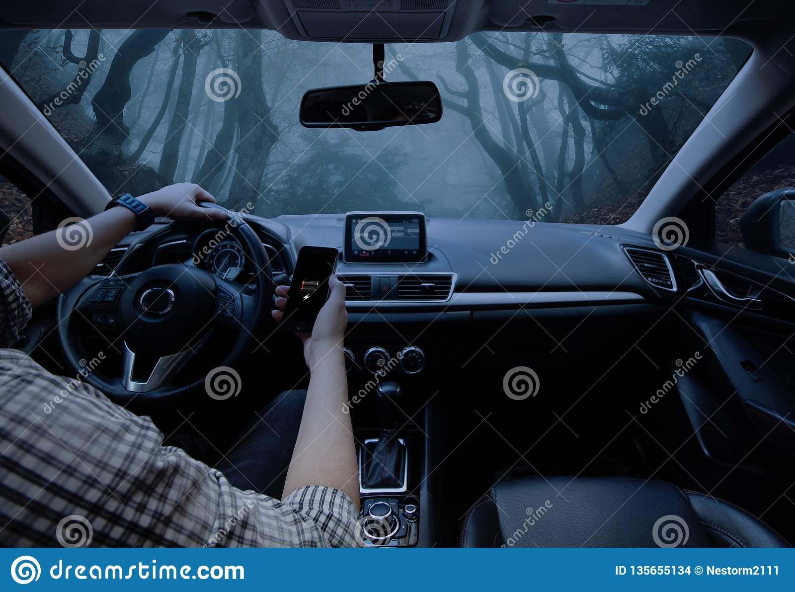 Homem que conduz seu carro Perdido na selva