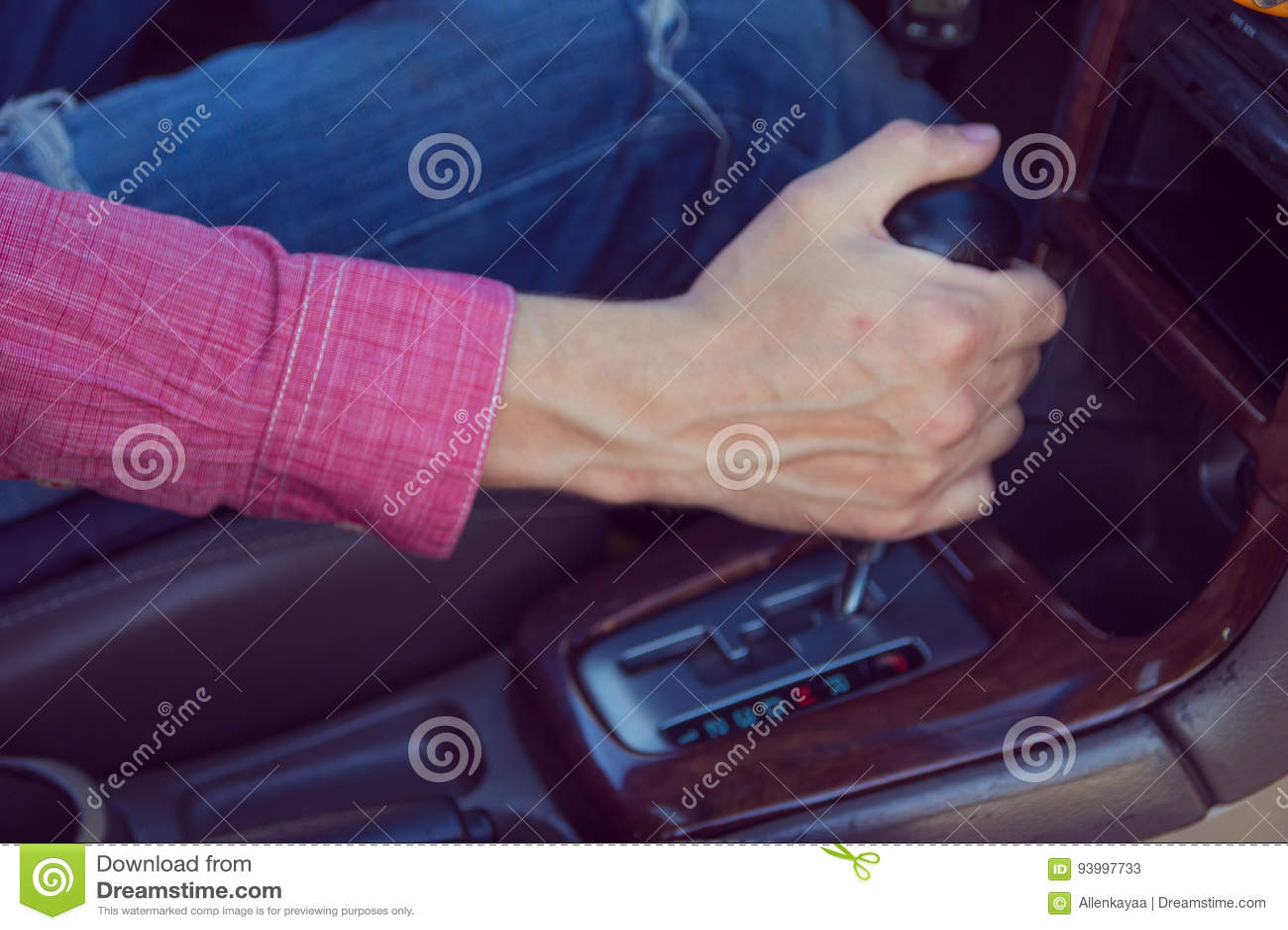 Homem que conduz um carro Mãos na transmissão
