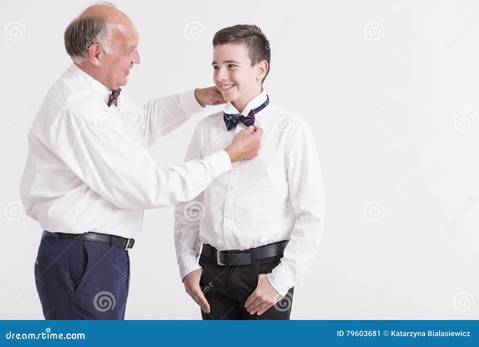 Homem que corrige a curva do juntamento de seu neto