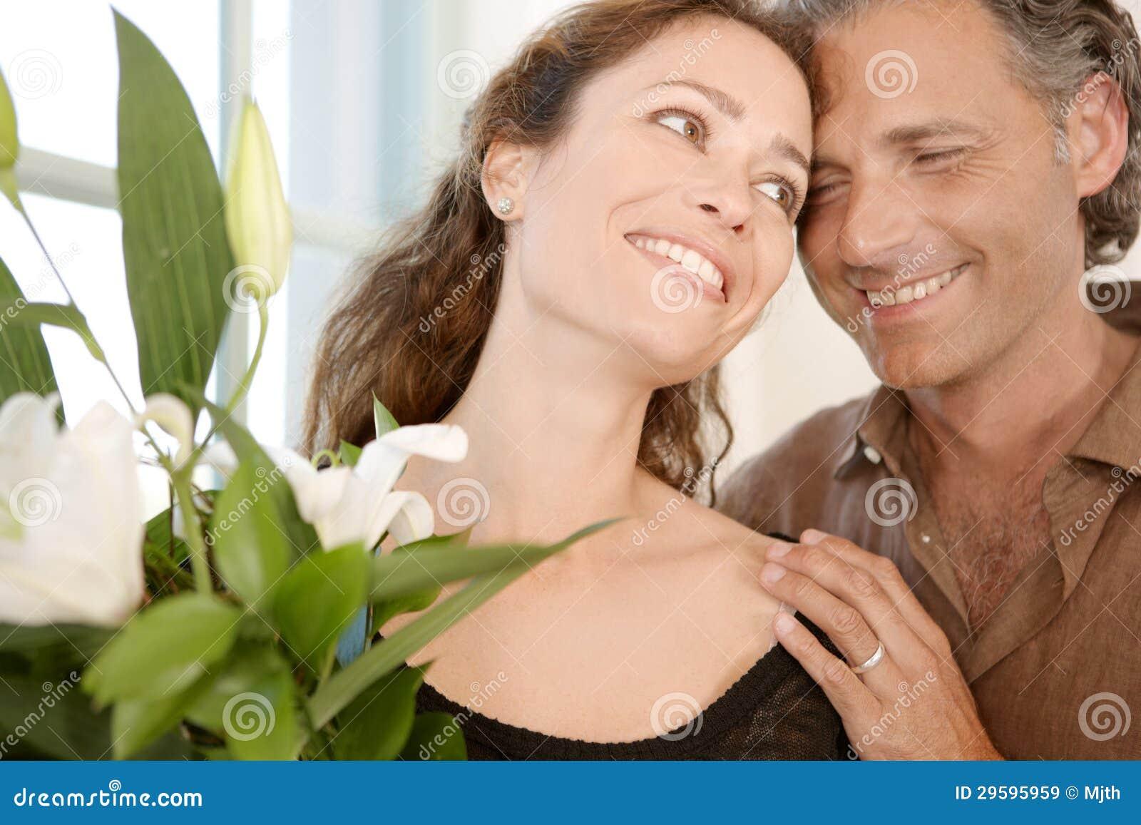 Homem que dá flores à mulher.