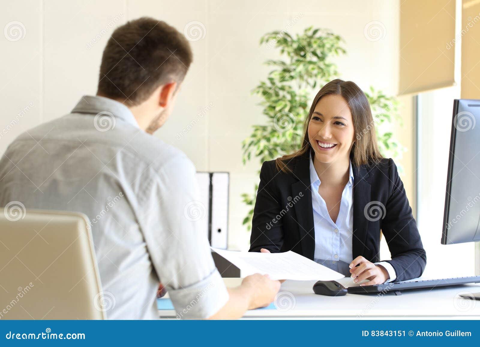 Homem que dá o currículo em uma entrevista de trabalho