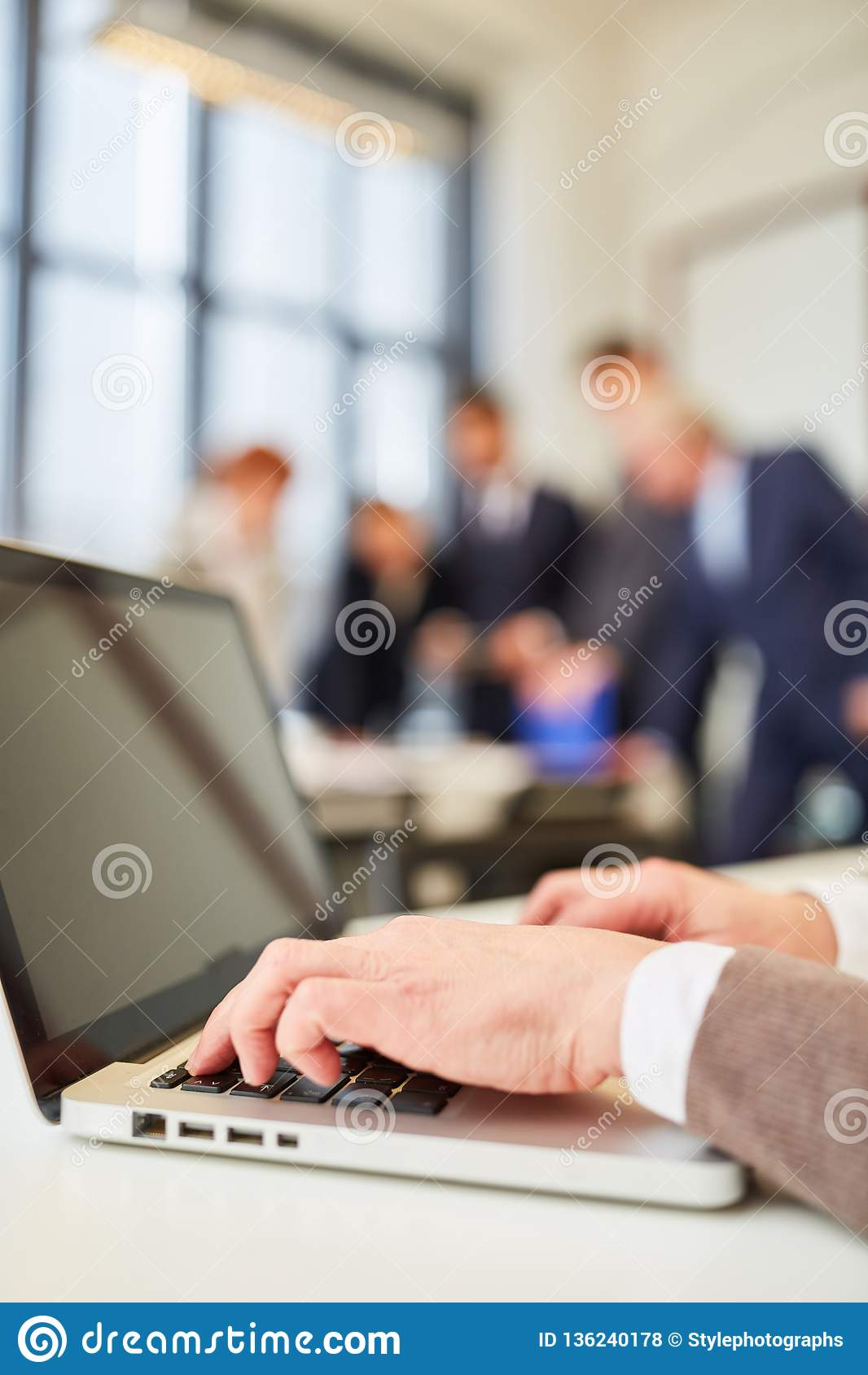 Homem que datilografa no laptop