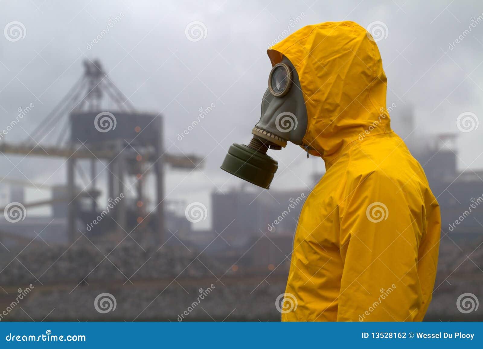 Homem que desgasta uma máscara de gás