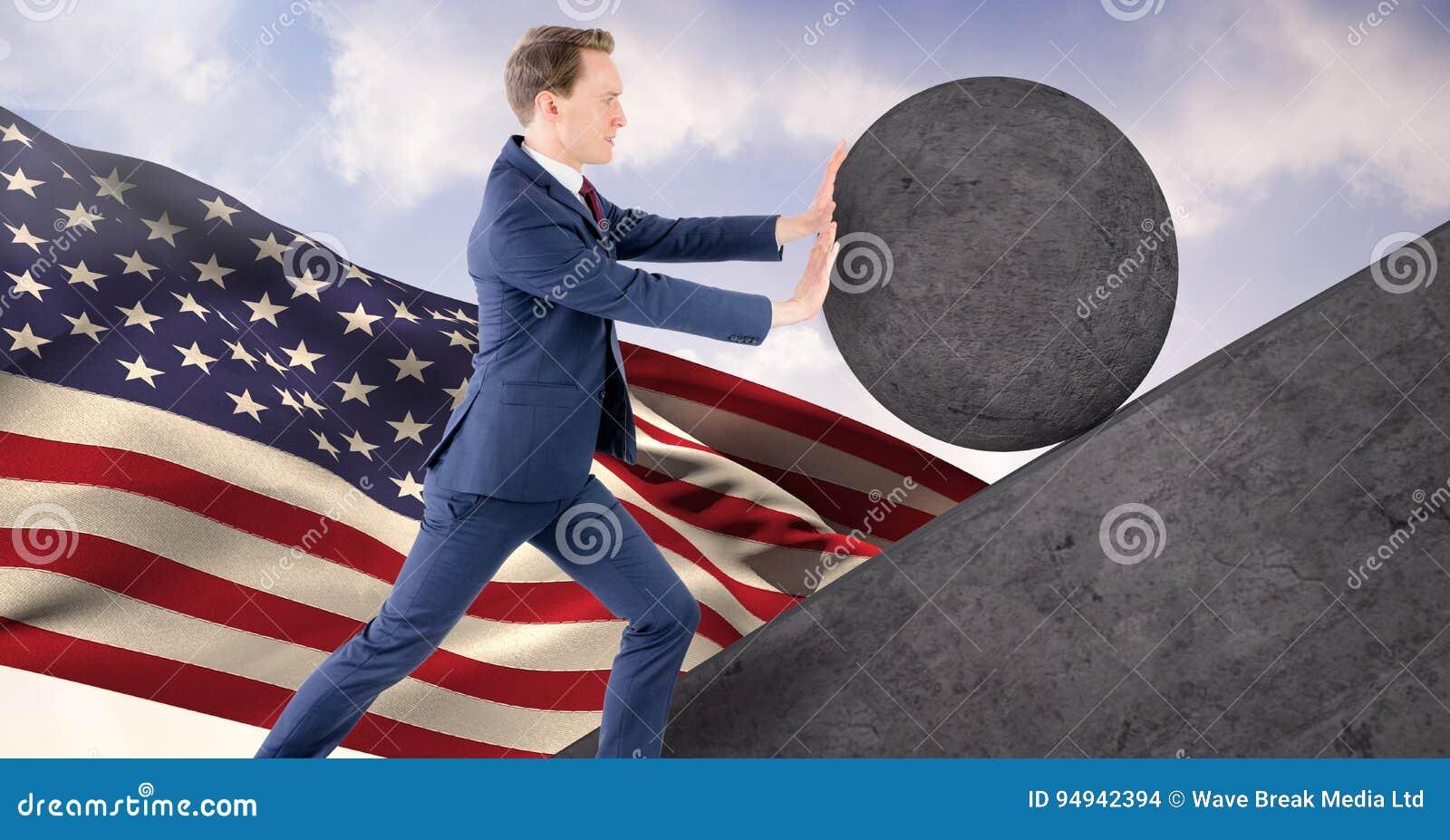 Homem que empurra o rolamento em volta da rocha