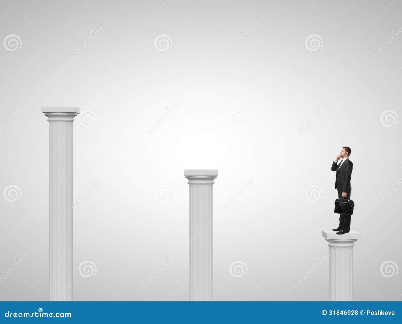 Homem que está em uma coluna