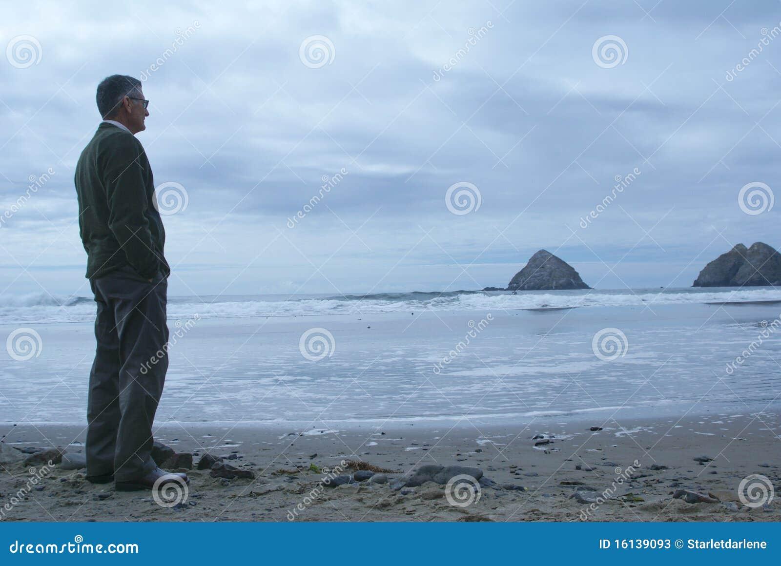 Homem que está sozinho na praia