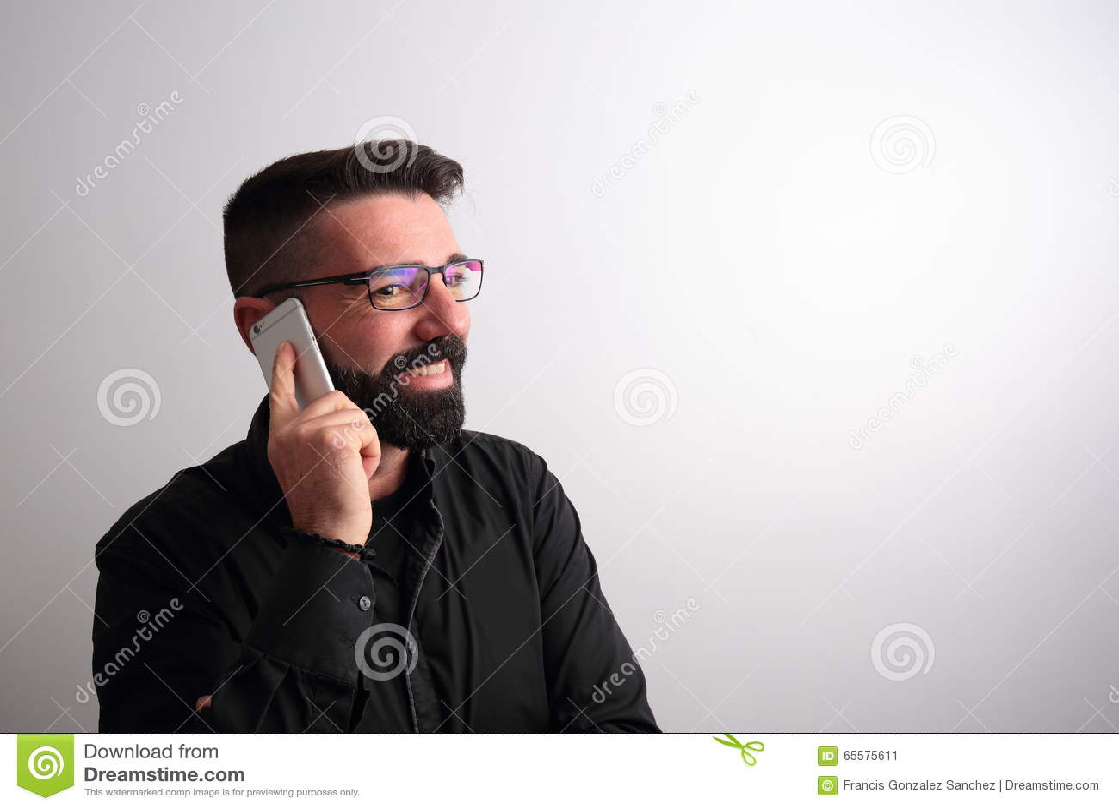 Homem que fala no telefone