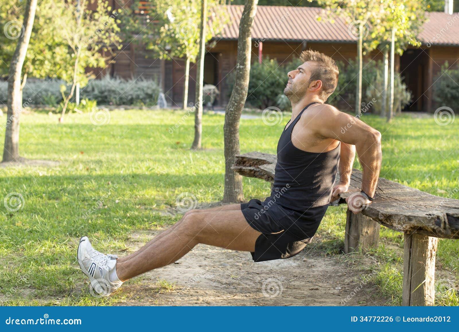 Homem que faz o exercício no parque.
