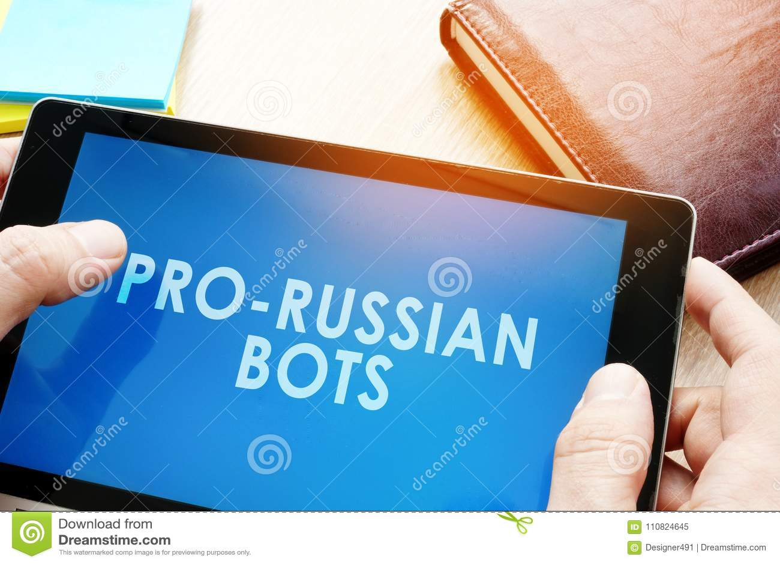 Homem que guarda a tabuleta com bot do pro-russo Conceito da propaganda do Internet do russo