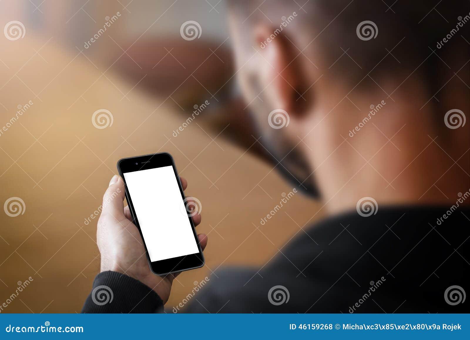 Homem que guarda um smartphone com tela vazia