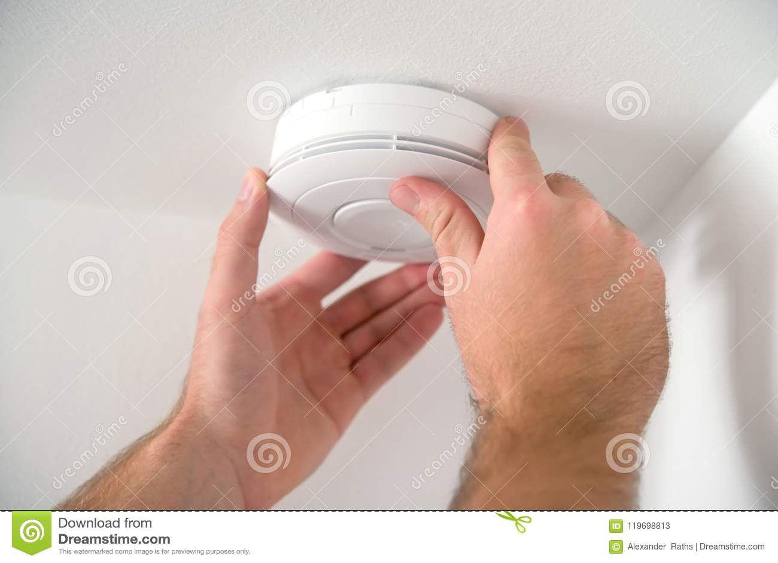 Homem que instala o detector de fumo