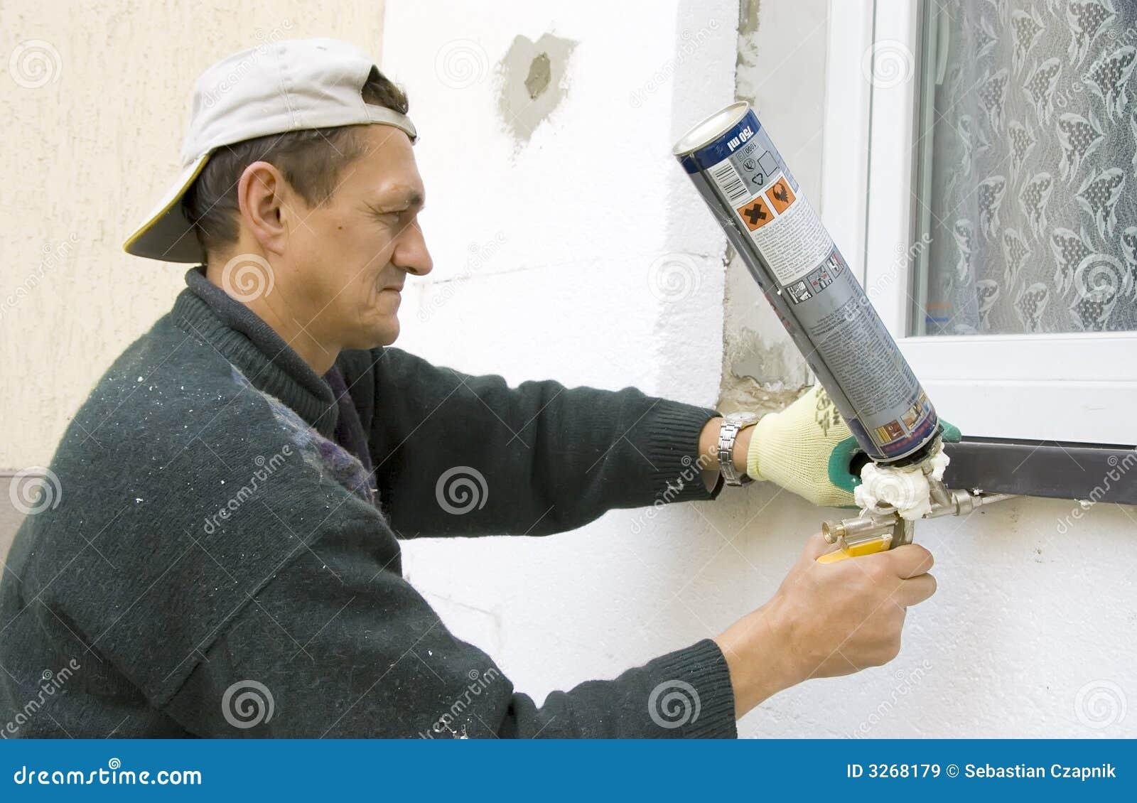 Homem que instala o windowsill #2