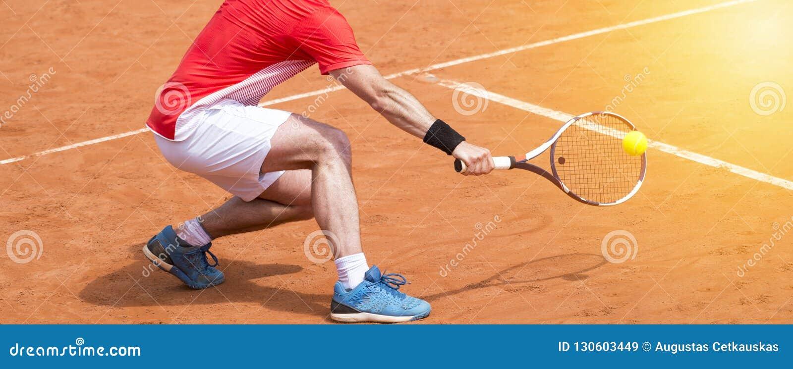 Homem que joga o ar livre do tênis Jogador de tênis com raquete e bola O