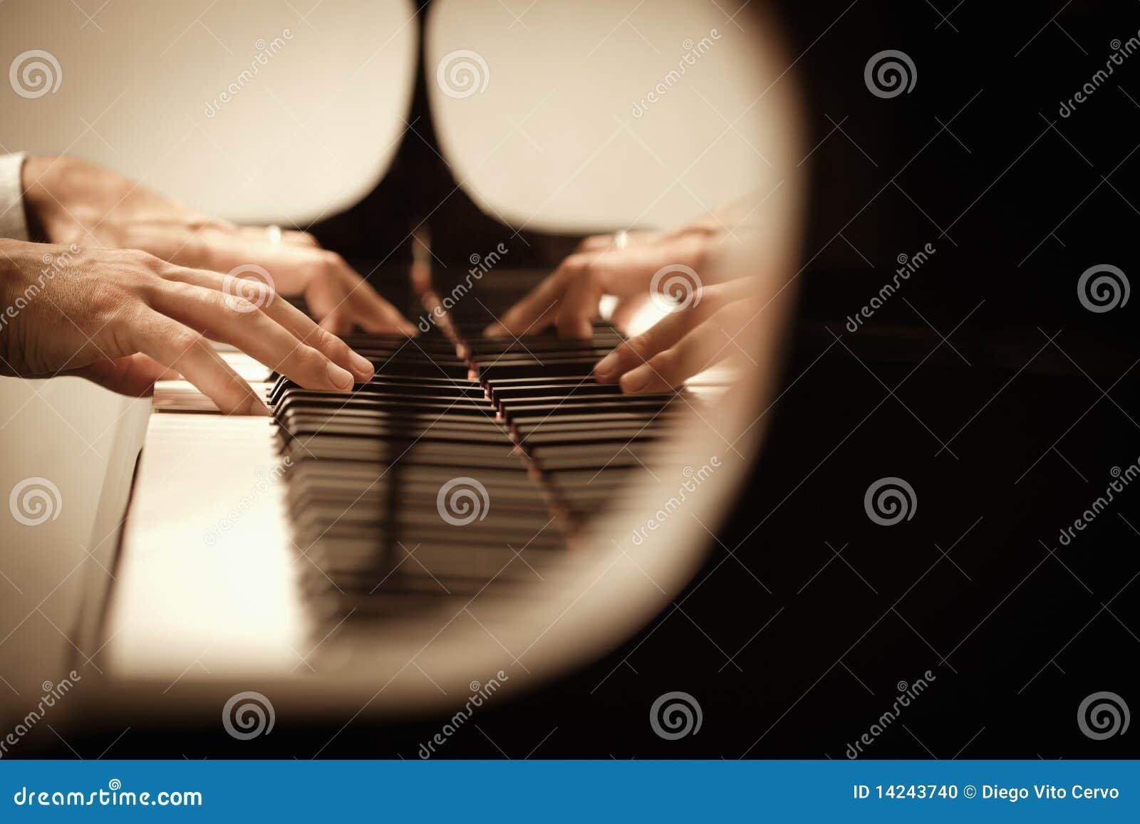 Homem que joga o piano