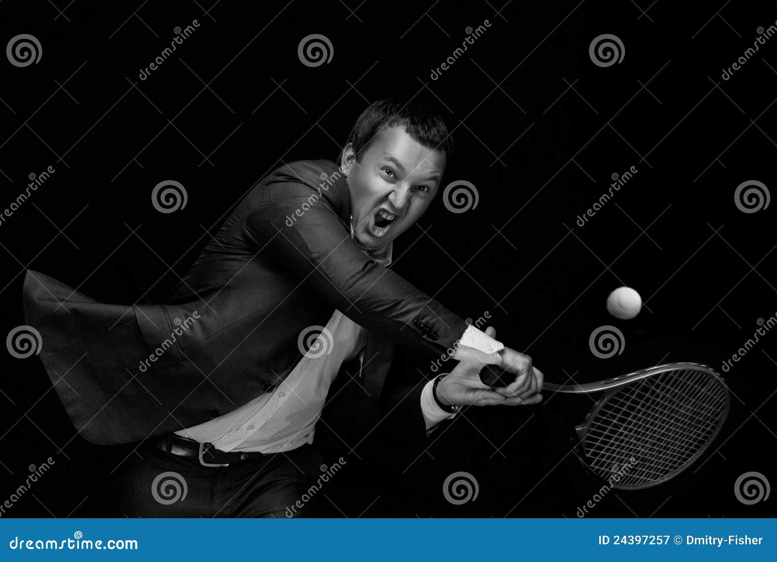 Homem que joga o tênis