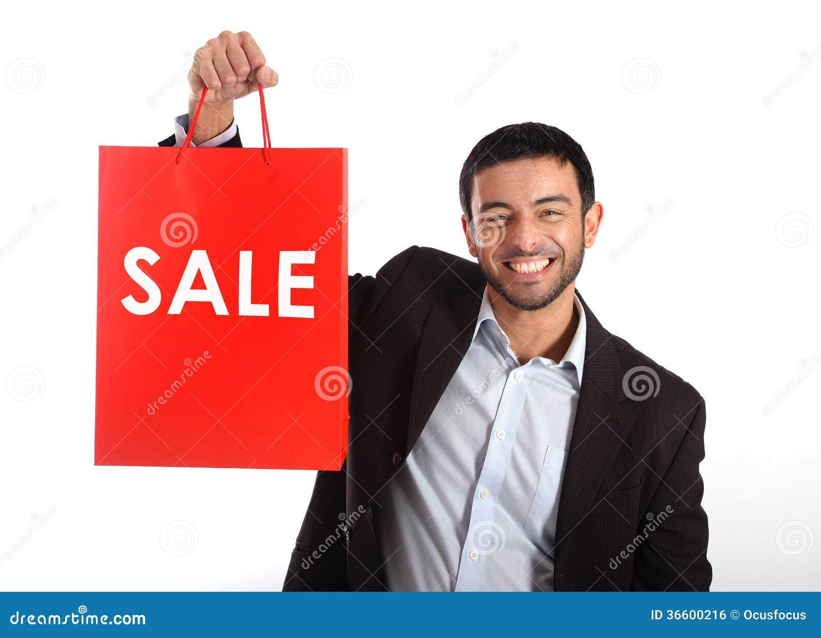 Homem que leva um saco de compras vermelho da venda
