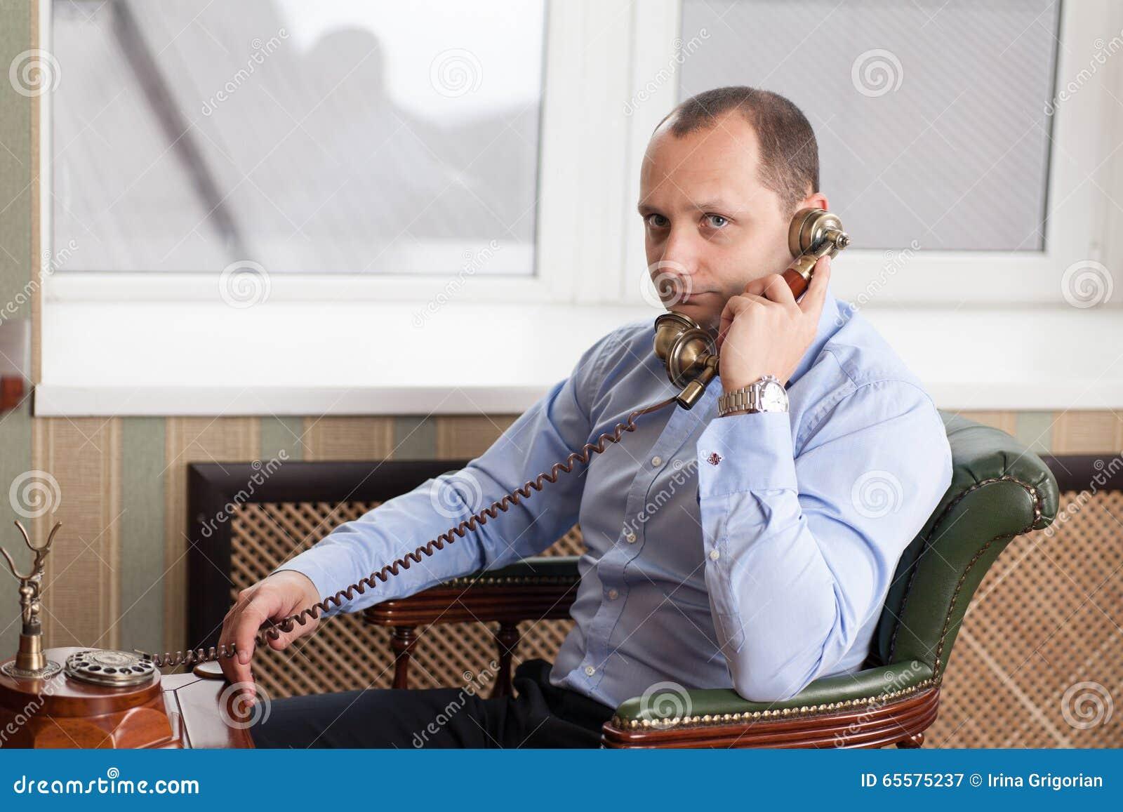 Homem que levanta no escritório