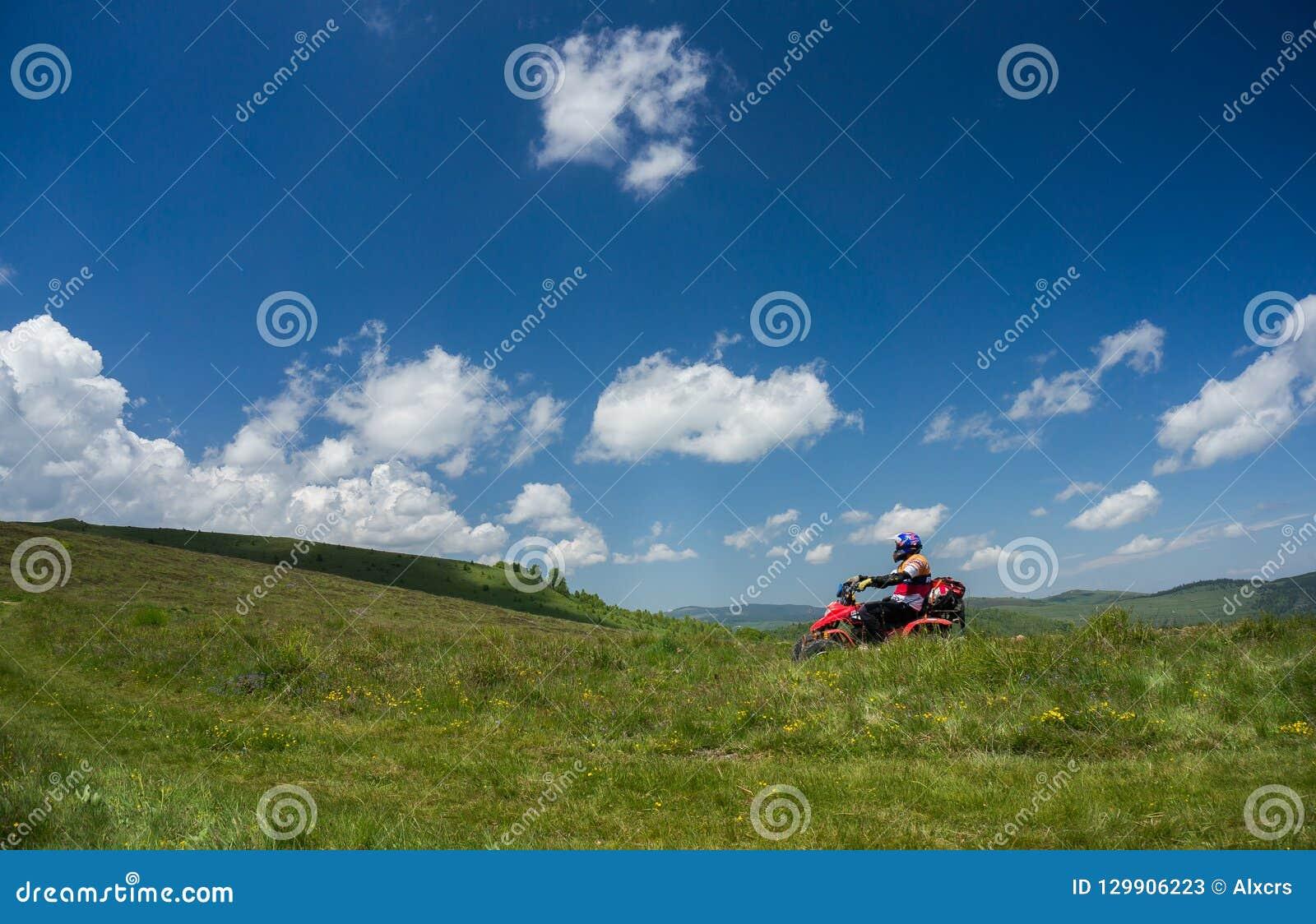 Homem que monta um ATV