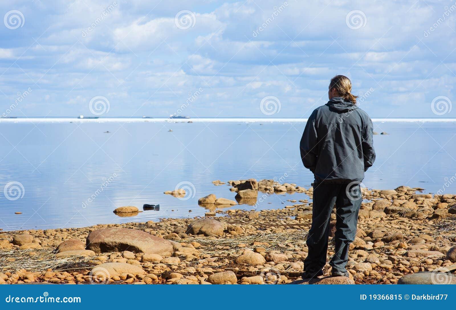 Homem que olha o mar