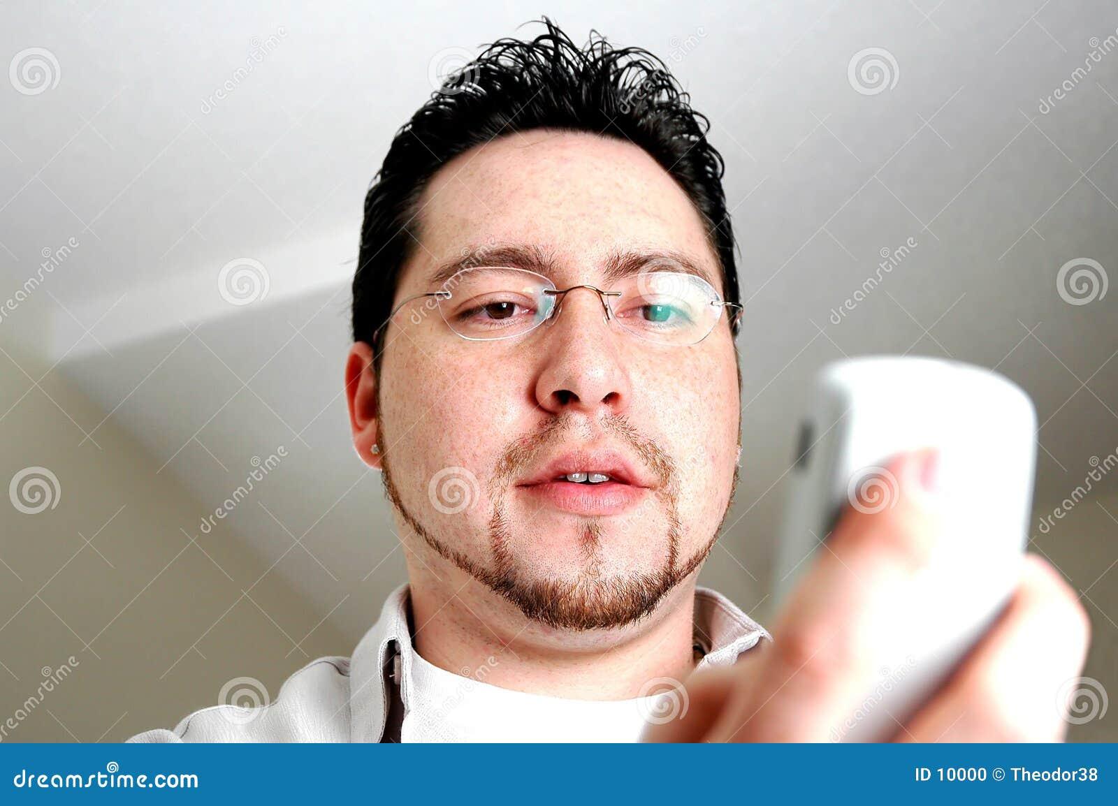 Homem que olha o telefone