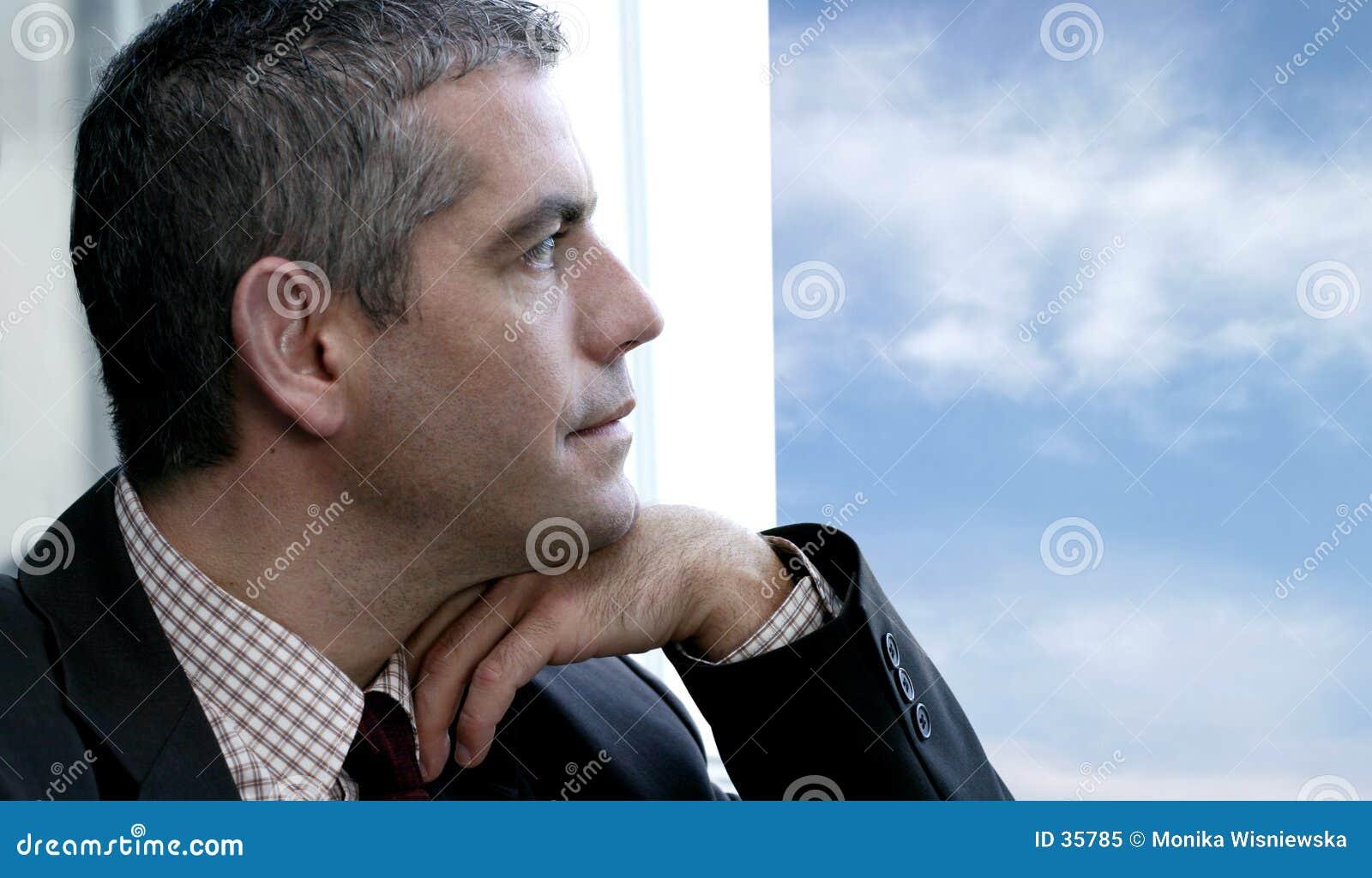 Homem que olha para fora o indicador