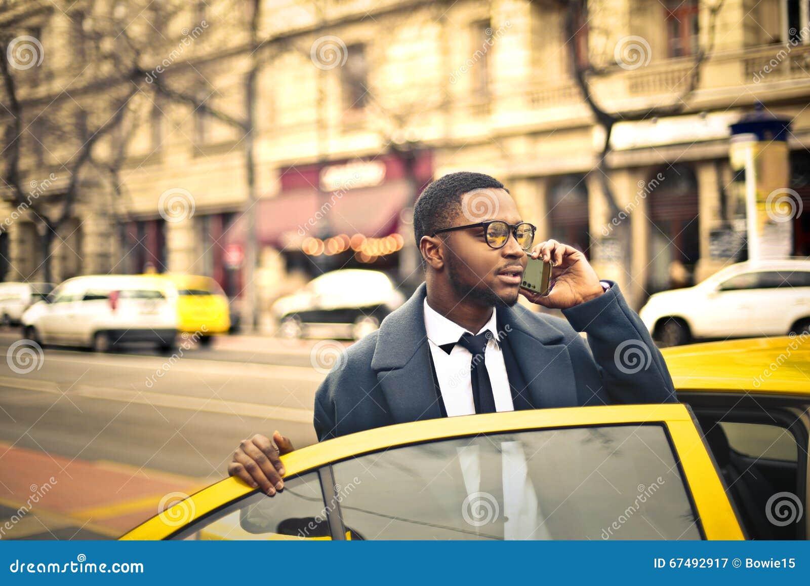 Homem que pega um táxi