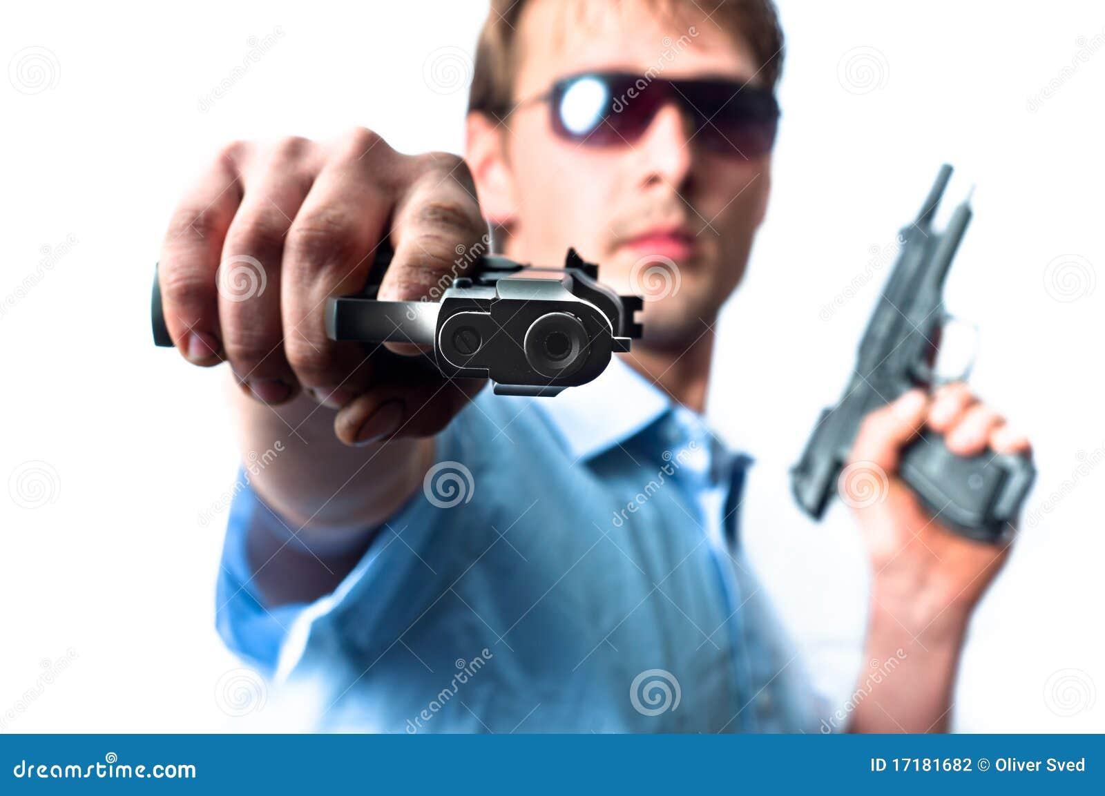 Homem que prende dois injetores na camisa azul