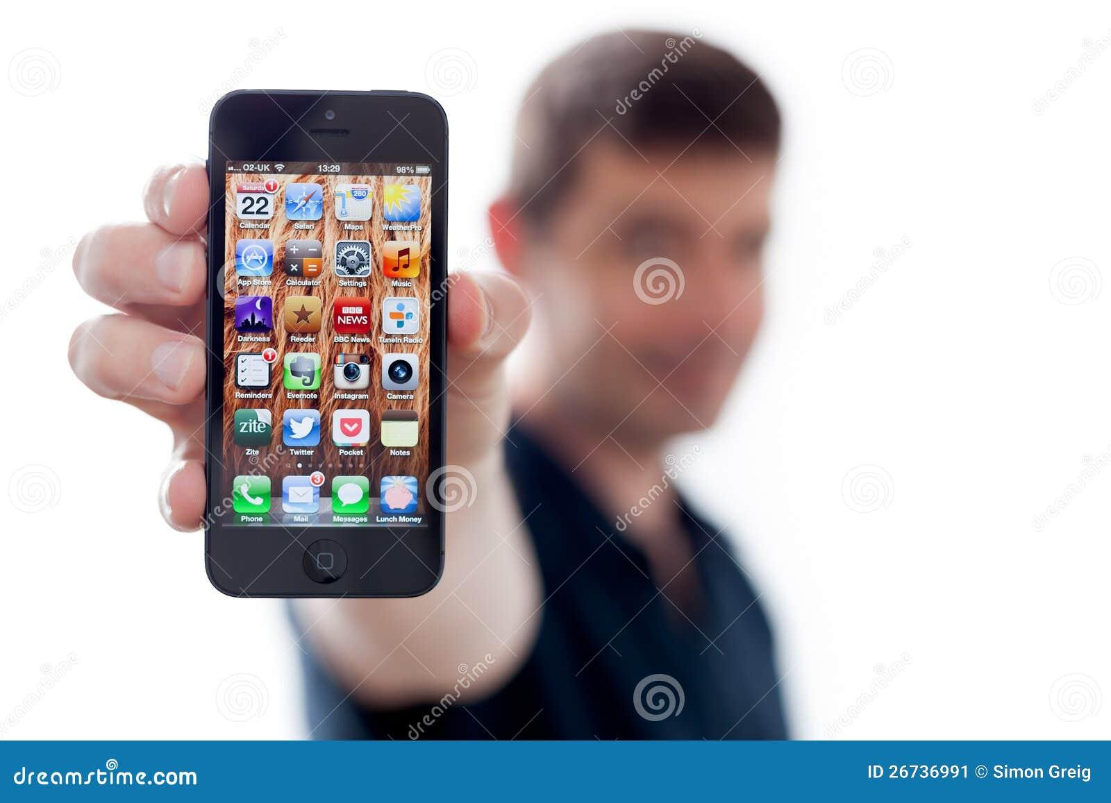 Homem que prende um iPhone novo 5