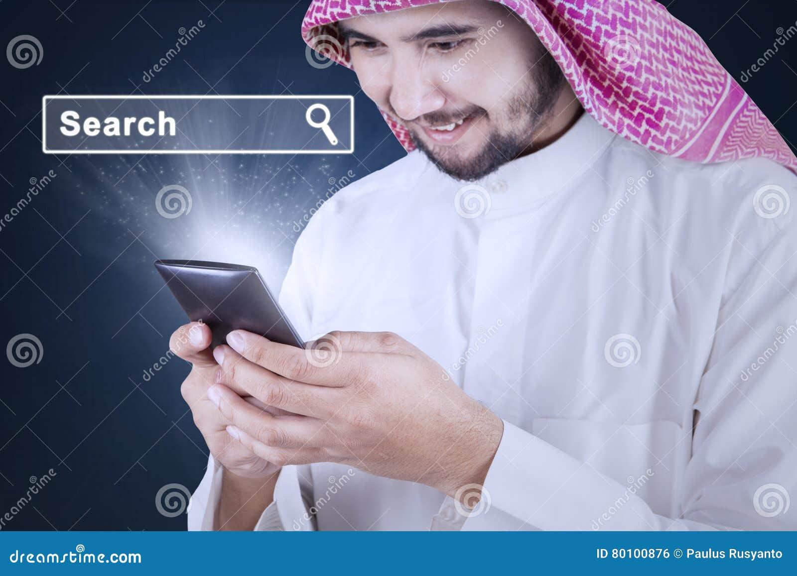 Homem que procura o Internet no telefone celular