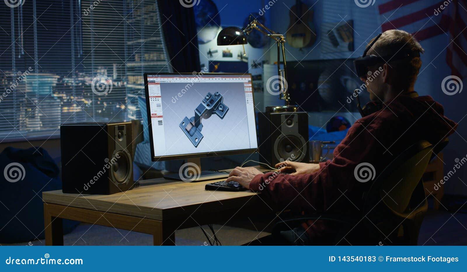 Homem que projeta a dobradiça em um computador