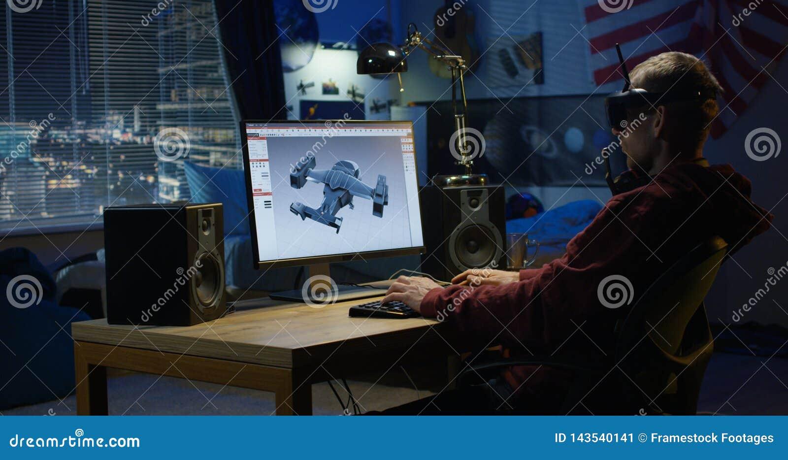 Homem que projeta o avião em um computador