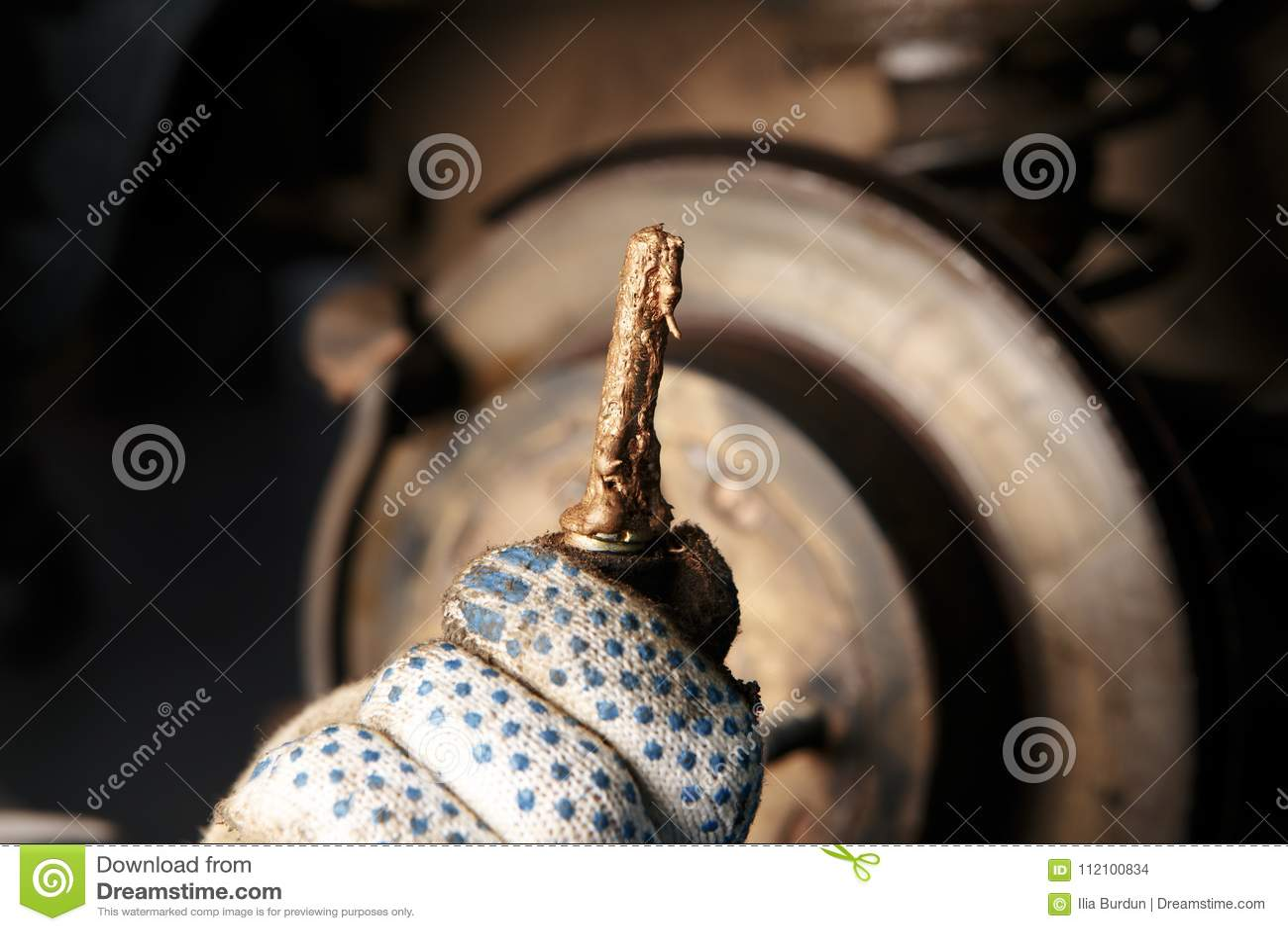 Homem que repara freios de disco do carro