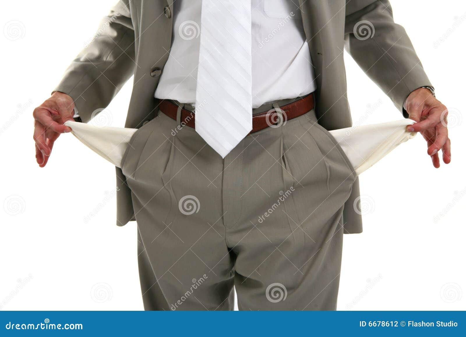 Homem que retira bolsos vazios