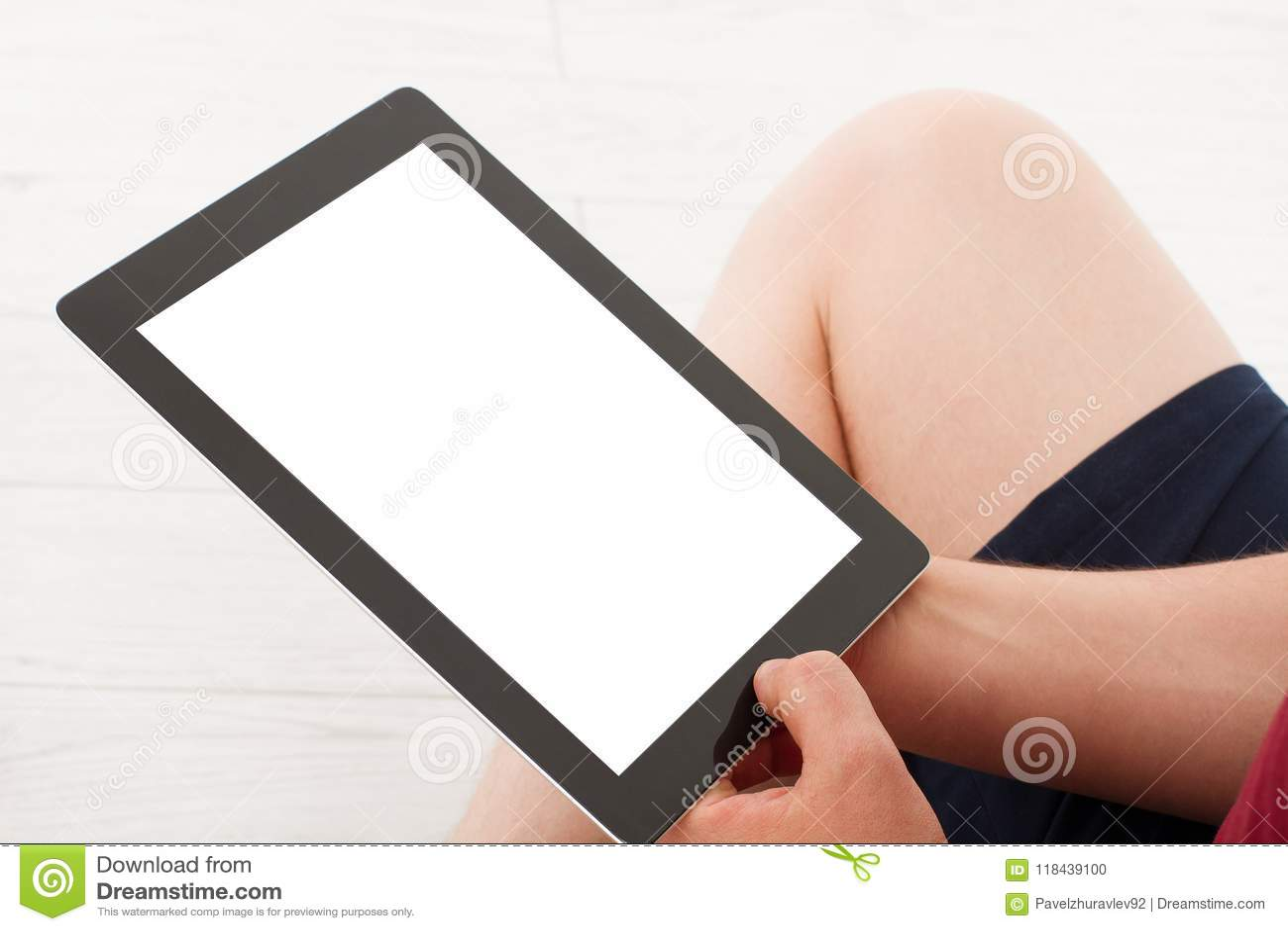 Homem que senta-se com a tabuleta nas mãos Vista superior Zombaria acima Copie o espaço molde blank