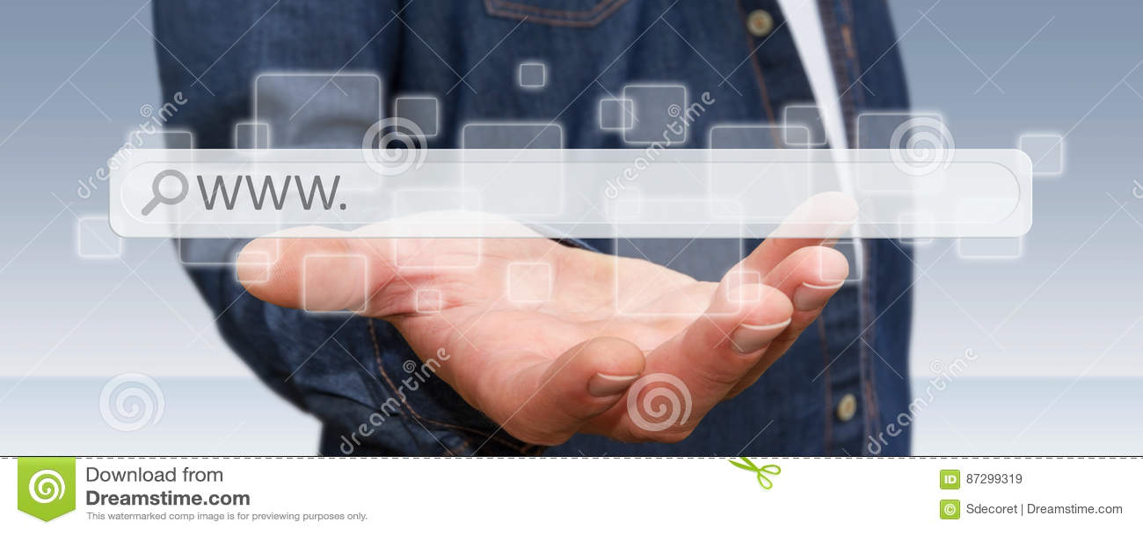 Homem que surfa no Internet com a barra tátil digital do endereço da Web