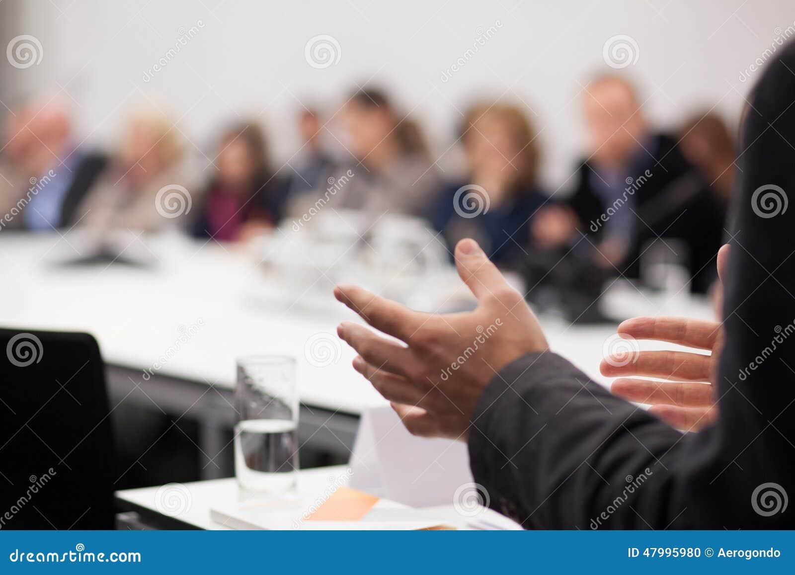 Homem que tem a apresentação no seminário