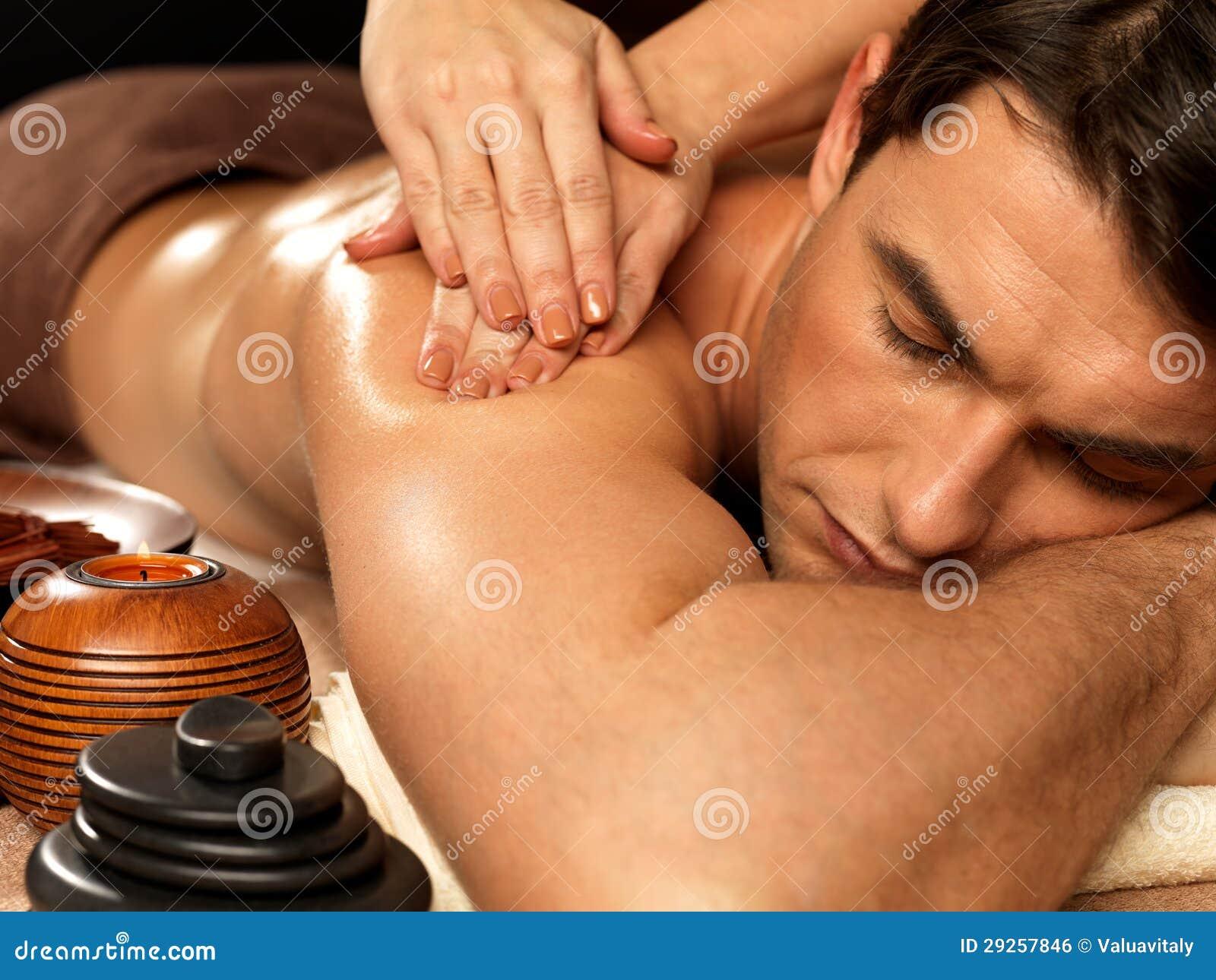 Homem que tem a massagem no salão de beleza dos termas