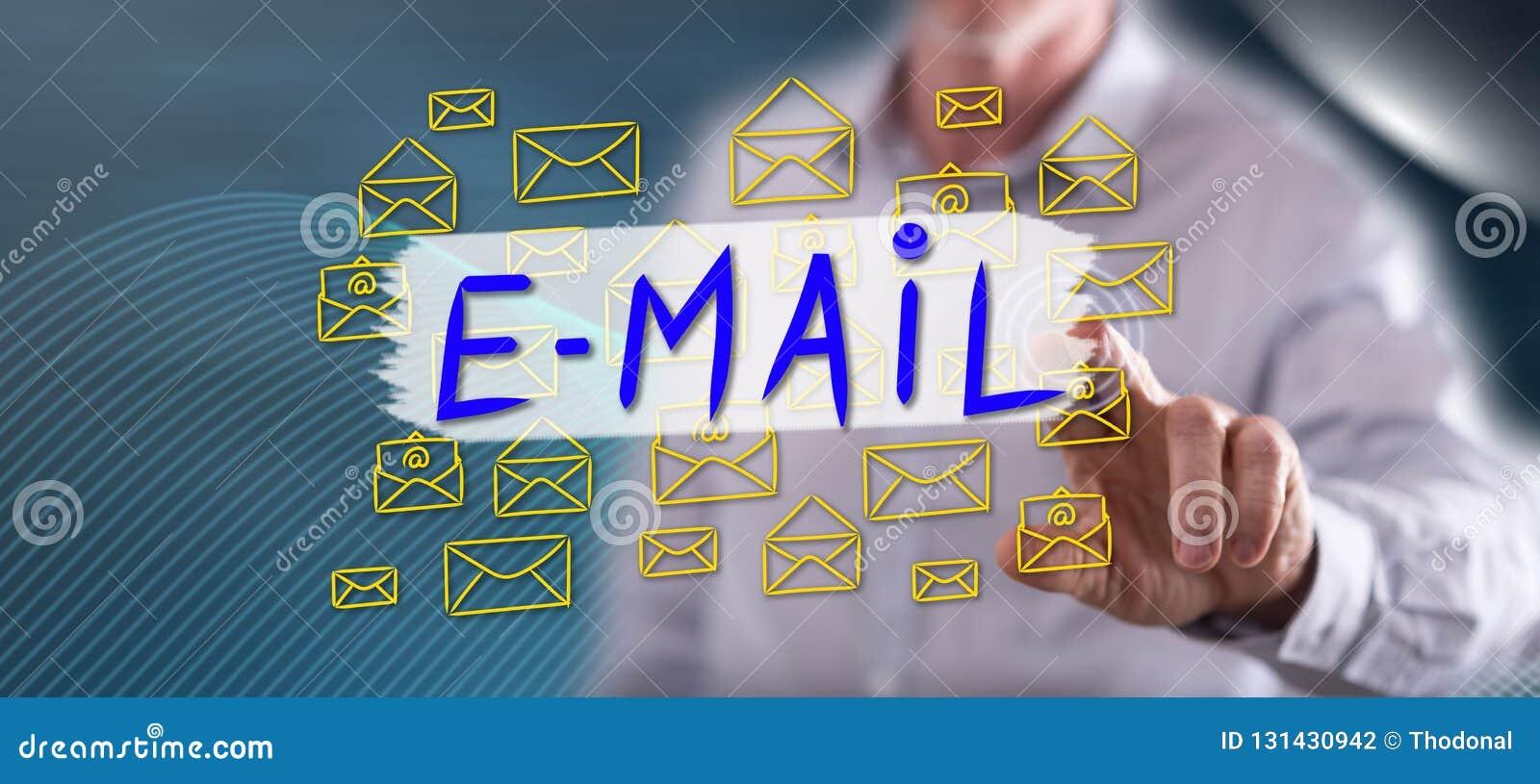 Homem que toca em um conceito do email