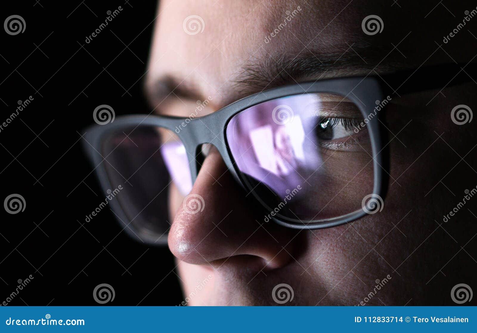 Homem que usa em linha datar a aplicação com smartphone