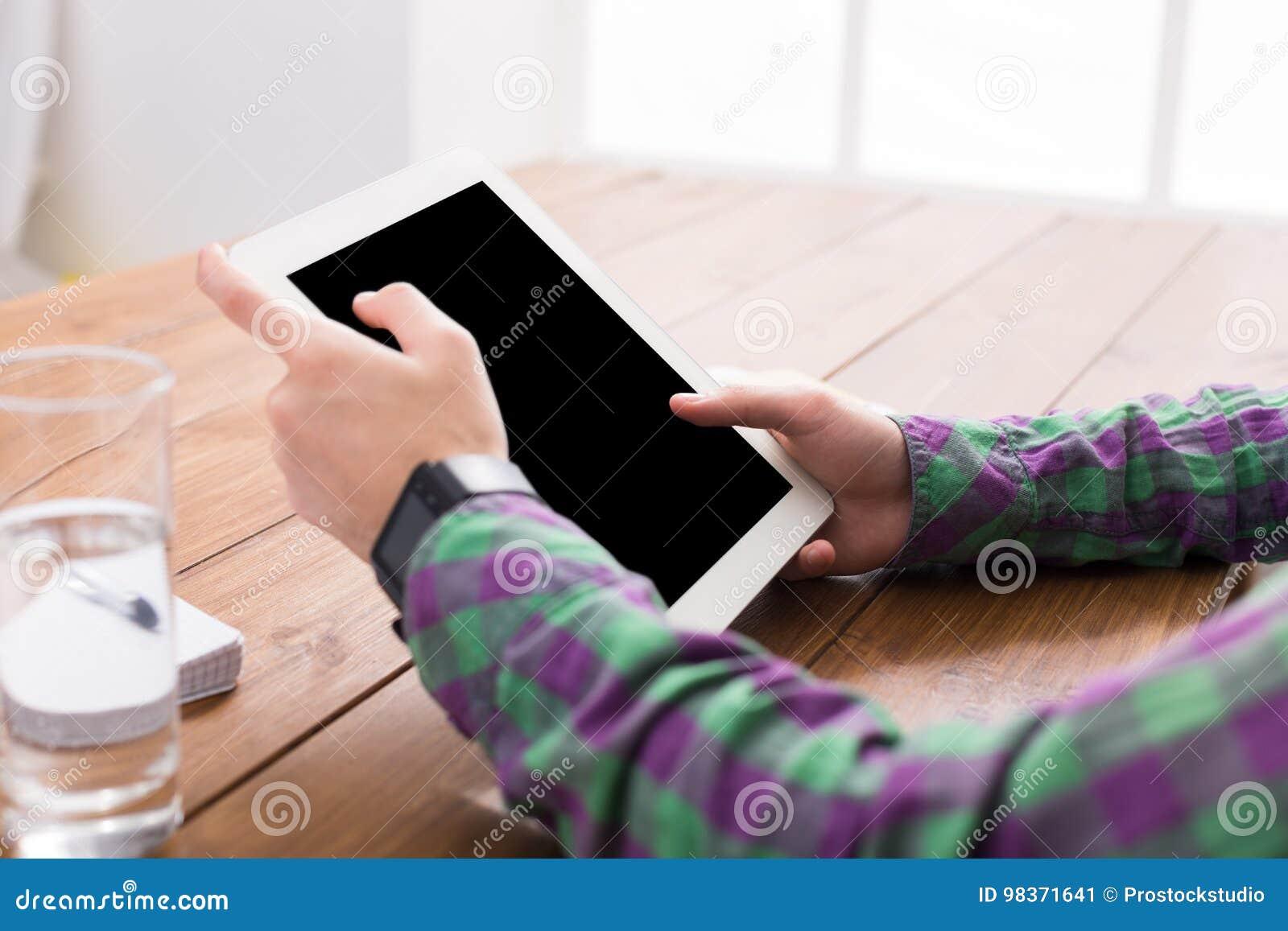Homem que usa a tabuleta digital, fim acima, vista lateral,