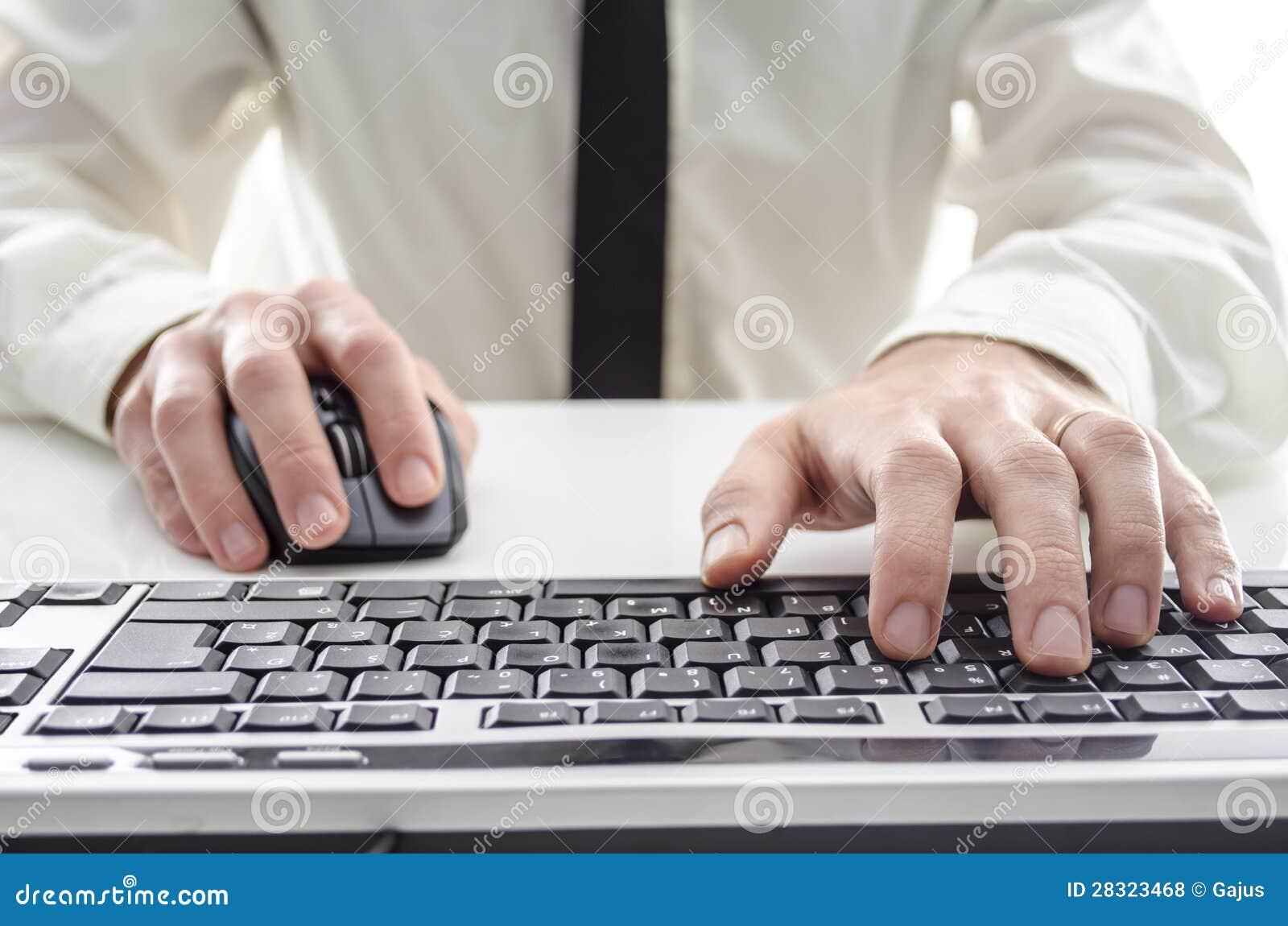 Homem que usa um computador