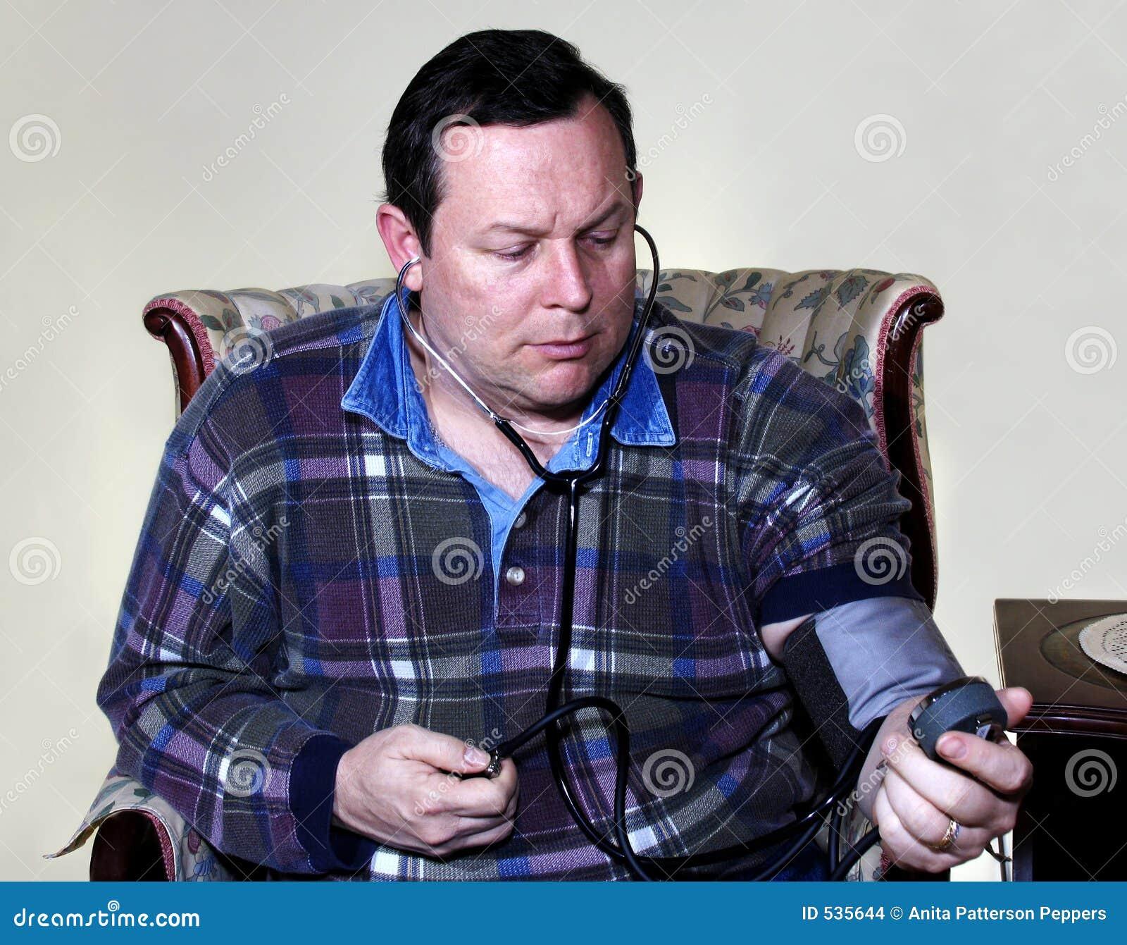 Homem que verific a pressão sanguínea