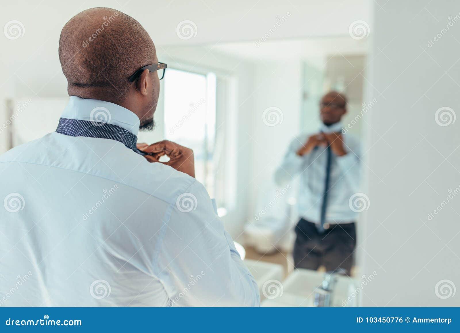Homem que veste um laço