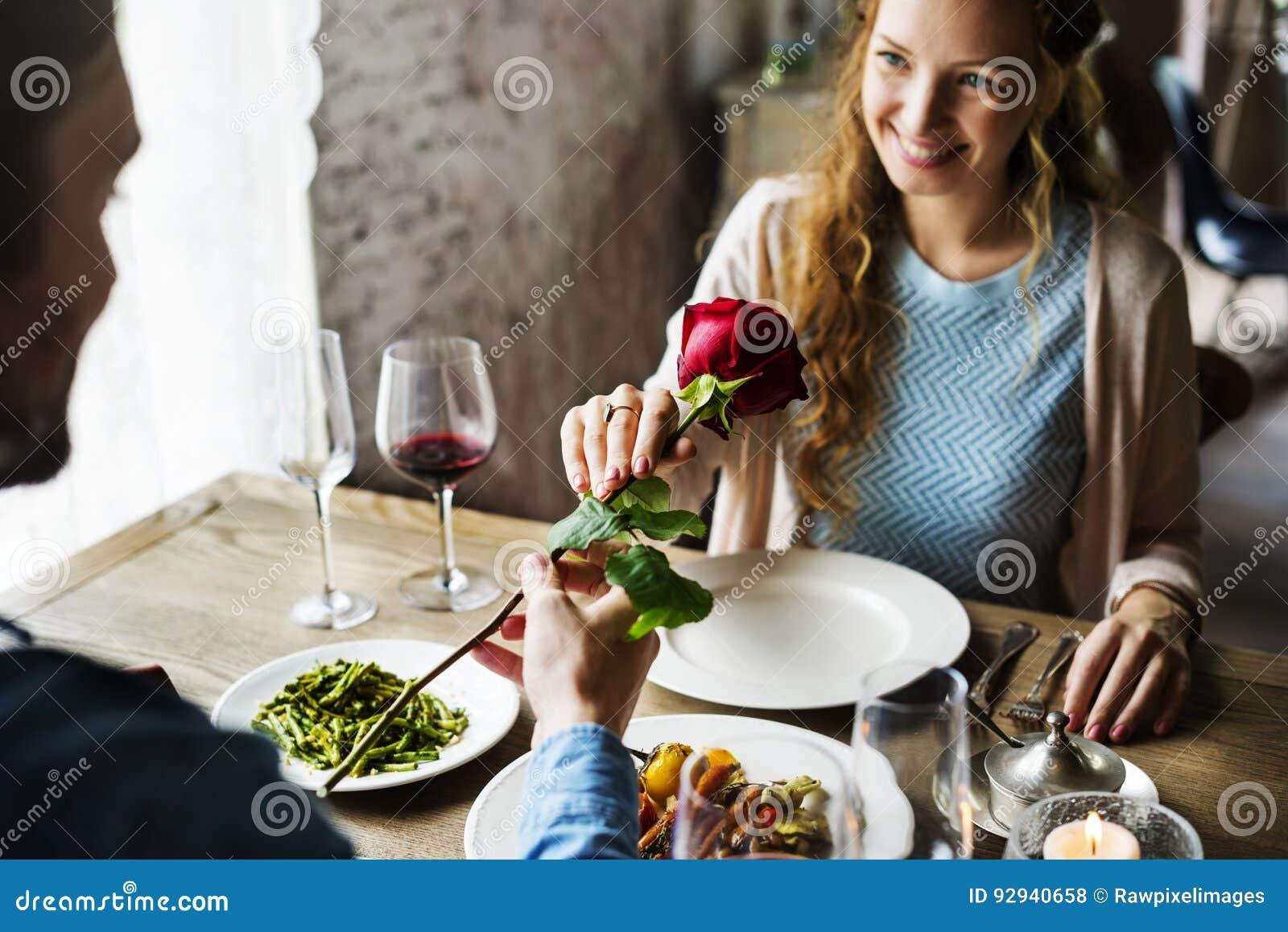 Homem romântico que dá uma Rosa à mulher em uma data