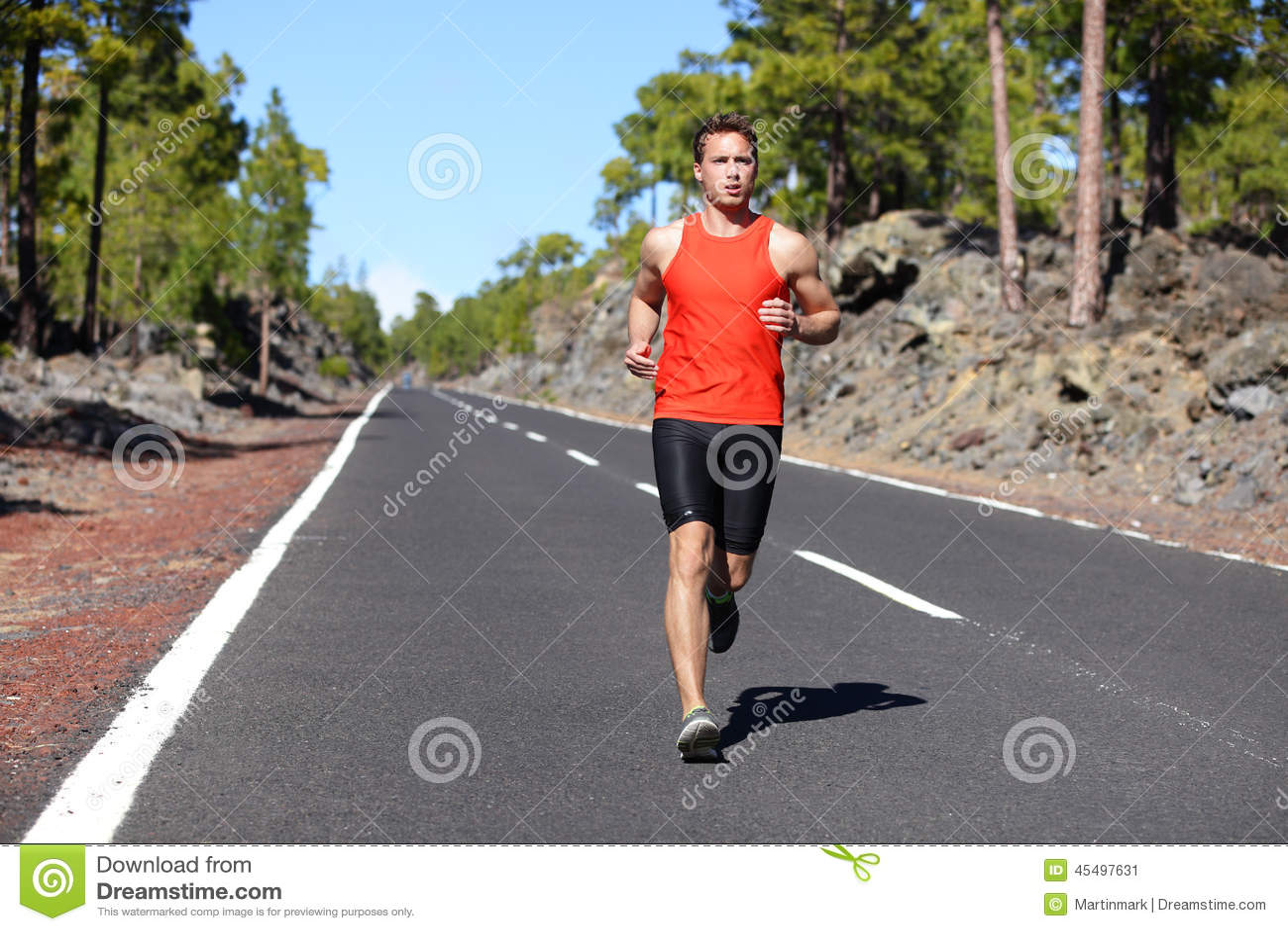 Homem running - corredor masculino que movimenta-se