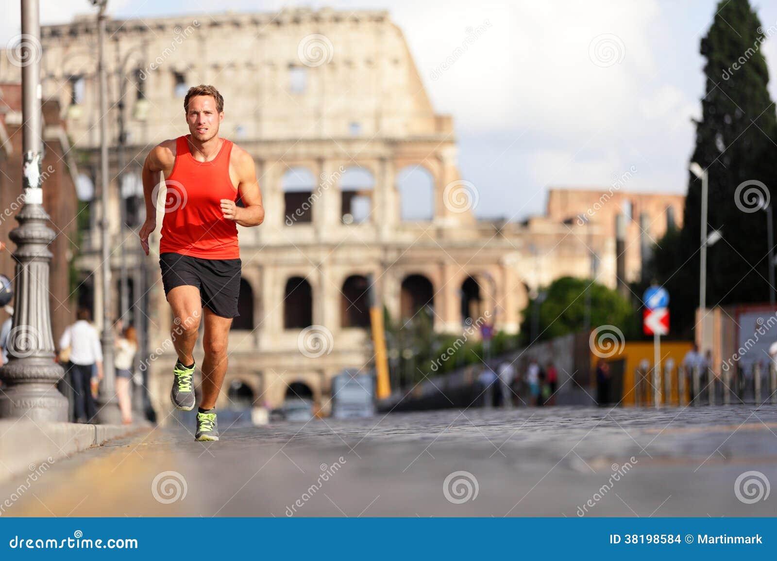 Homem running do corredor por Colosseum, Roma, Itália