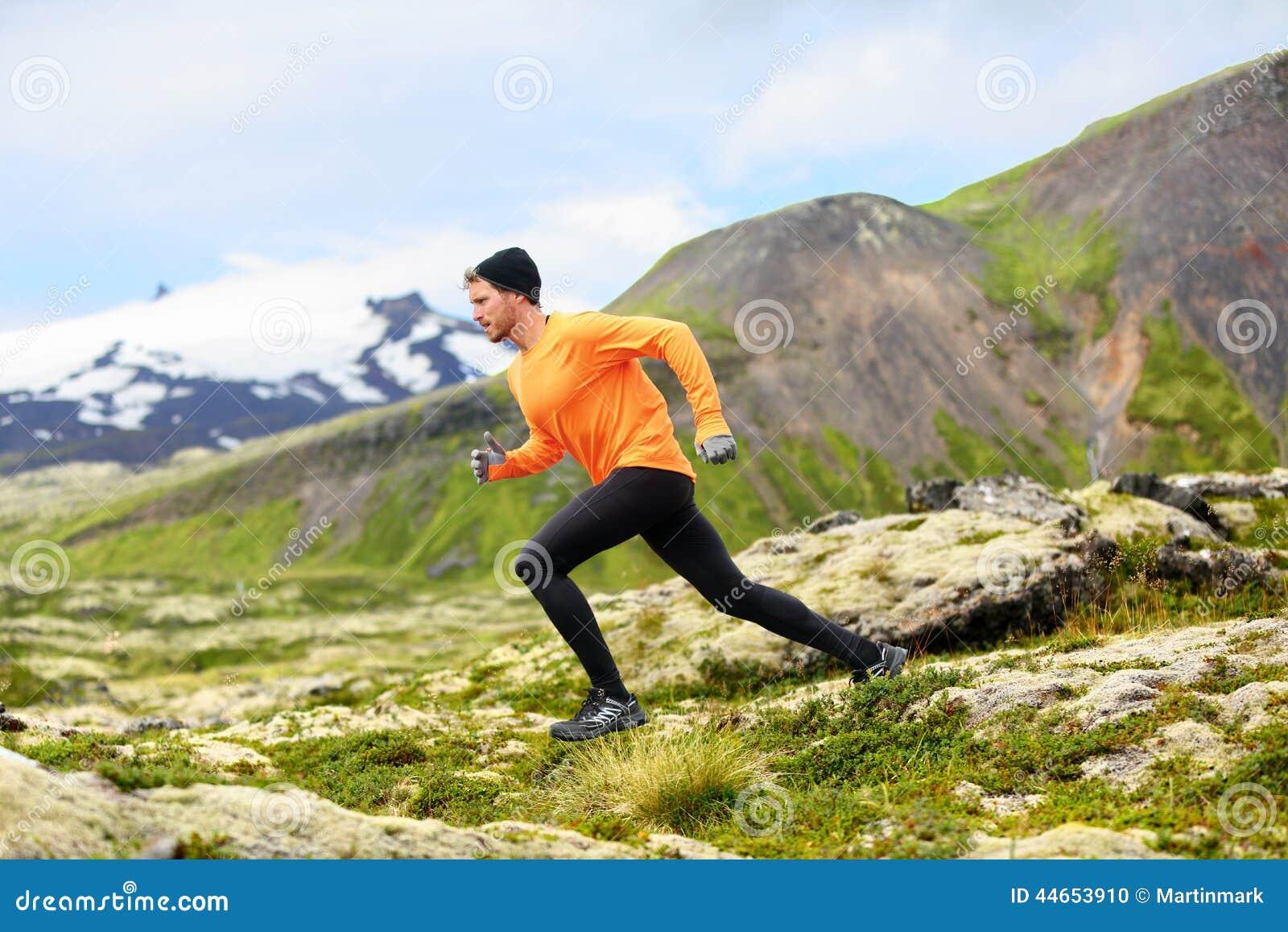 Homem running na corrida da fuga do corta-mato