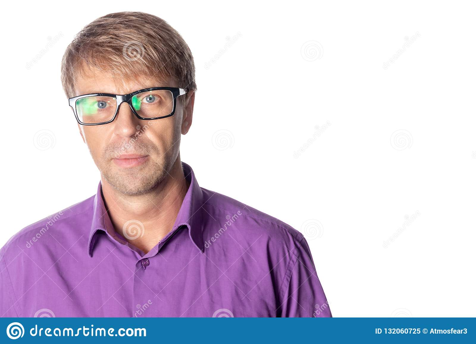 Homem sério da Idade Média com vidros no fundo branco Vidros vestindo do homem à moda, olhando a câmera